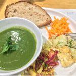 ローズベーカリー 銀座でランチの前菜のサラダ。ほうれん草の緑のポタージュも美味しかった
