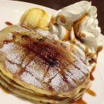 クアアイナ@パンケーキブリュレ💕もっちもちの生地とその上のカスタードクリームを焦がしたカリカリ感、あったかいパンケーキと添えられた冷んやりアイスのバランスが絶妙。