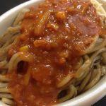 以前テレビで見てから気になったいたイタリアンという新潟県民のB級グルメ。薄目の味付けの太麺焼きそばにまさかのミートソース!初体験♡