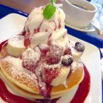 Cafe Maduのフルーツパンケーキ。いちごやバナナ、ソフトクリームにベリーソース。美味しい(´∀`)   他に塩キャラメルやチョコバナナパンケーキがありました。
