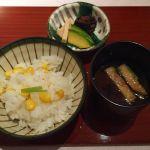 食事。とうもろこし炊き込み御飯、味噌汁、香の物。@なだ万茶寮 渋谷店