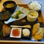 伊豆創作寿司 いず鮨   店長のおすすめ日替り御膳(2500円)  刺身、焼物、揚物と盛り沢山です!