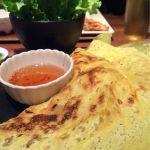 何かこれすごい。バインセオ、ベトナム風お好み焼き。リーフレタスで包んで食べます。