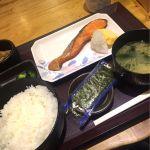 諸事情で東京駅八重洲口で朝食。焼鮭定食570円。朝から活気がスゴイ…モーニングじゃなく朝食もタマには良いね!