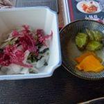 港食堂   小鉢と漬物   小鉢は海藻サラダです