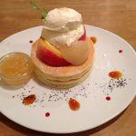 パンケーキママカフェ VoiVoi夏限定桃のパンケーキ。生、コンポート、ジャム、三つの桃が味わえます。予想より甘めに感じましたがおいしいです。