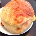 メゾンカイザー 東急スクエアガーデンサイト店。パリパリチーズで被われた柔らかいパン(^-^)
