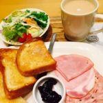 神戸屋フォーニル レザンジュ たまプラーザ店   ニューヨークの朝食(594円)  バターを塗ったパンもハムも三種類ずつ。それにサラダとジャムとたっぷり飲み物。
