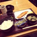 八重洲地下街で朝定食。散々食べておいて他の店のモーニングも気になるという(ノ≧ڡ≦)