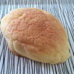 外側はメロンパンで中はクリームパン、ジャムパンのよう檸檬パン。
