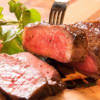 【3/15・3/16全品半額】塊肉ステーキをがっつり食せ!田町駅前に肉バル「ランプキャップ」オープン
