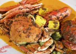 """蟹は""""手づかみ""""で食べる。原宿キャットストリートに「キャッチ ザ ケイジャン シーフード」がオープン"""