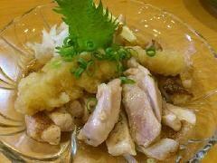 【もも肉のたたき】もも肉に自家製のおろしダレか、とろろ山葵のどちらかで食べて頂く一品です。
