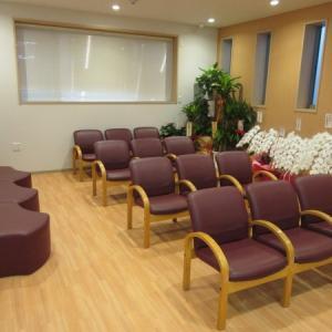 待合室(19名お座りいただける余裕の広さです)