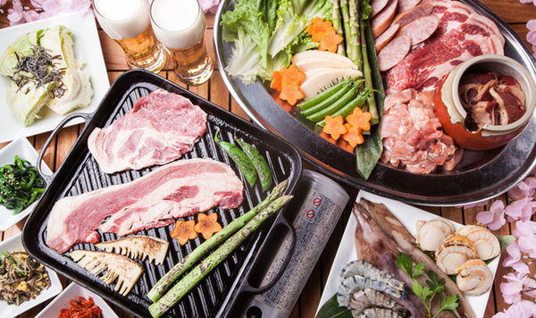 ボリュームたっぷりの肉と、新鮮な魚介類、そして野菜も盛りだくさん