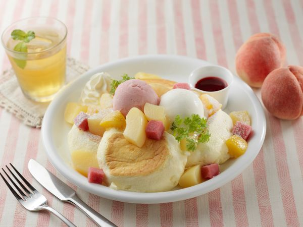 新作パンケーキ「まるごと白桃レアチーズ」1,600円(税別)、ドリンクセット1,920円(税別)