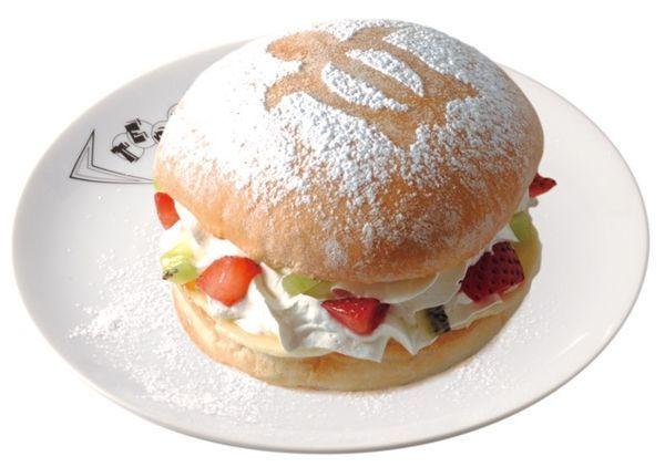 食べ歩きにぴったり!ふわふわホイップ&フルーツ『スイーツバーガー』