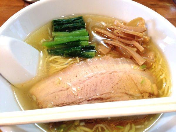 麺処 ゆきちで塩ラーメン  スープが美味しい。塩ラーメン用にブレンドしたコショウを少しかけていただきました。