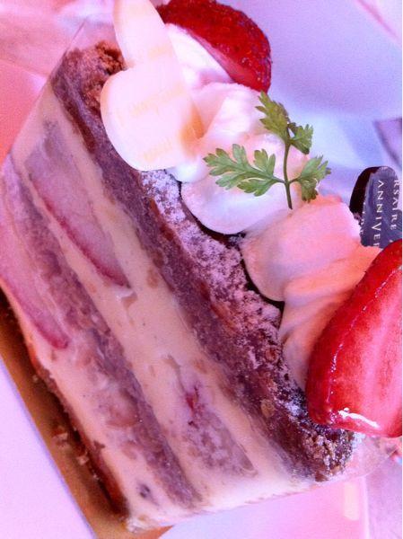 アニヴェルセル カフェに参上!ミルフィーユを食べます。雨もあるけど客の入りは半分かな。