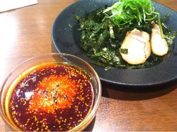 つけ麺本舗 辛部 広島空港店  辛つゆが特徴の広島つけ麺。食べたのはネギのりつけ麺の中辛9倍。予想以上に辛くて、口の中が仁義無き戦いです。