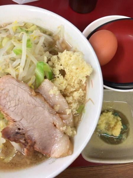 ラーメン二郎 相模大野店 久々にラーメン(普通) ニンニク¥700 玉子¥80 浅漬けでしょうが ¥10 いただきました。生姜も結構合って美味かったです。でもめちゃ苦しい(^^)