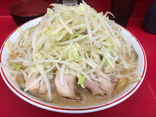 ラーメン二郎 湘南藤沢店 初訪です。ラーメン小+ヤサイに初生卵。生卵苦手なんですがチャレンジ!乳化めのスープがカド無くていいですね。かなりの量の麺も美味しかった。すき焼二郎も👍