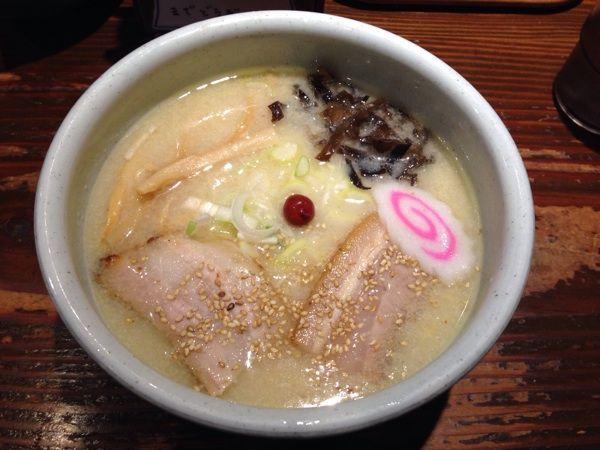 山頭火 新宿南口店塩ラーメン大盛を注文(950円)久しぶりに食べました。以前より少し味が薄くなった?私の体調のせいかな?前の方が良かったなー。