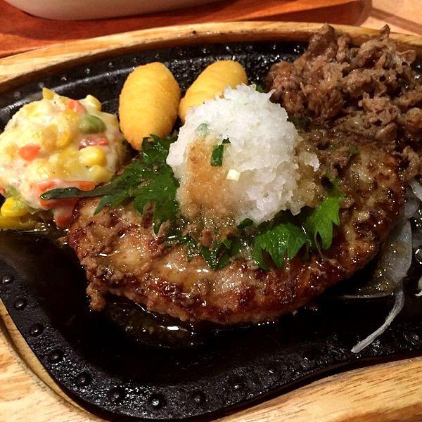 牛肉プルプル&ハンバーグステーキ、おろしそトッピング。焼肉のたれ味でウマイ(๑˃̵ᴗ˂̵)وびっくりドンキー 青江店