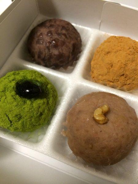 森のお菓子森のおはぎ 黒豆入りセット680円🎵味・パッケージ等手土産にピッタリ。特に右手前のくるみ黒米もちにぞっこん(≧∇≦)