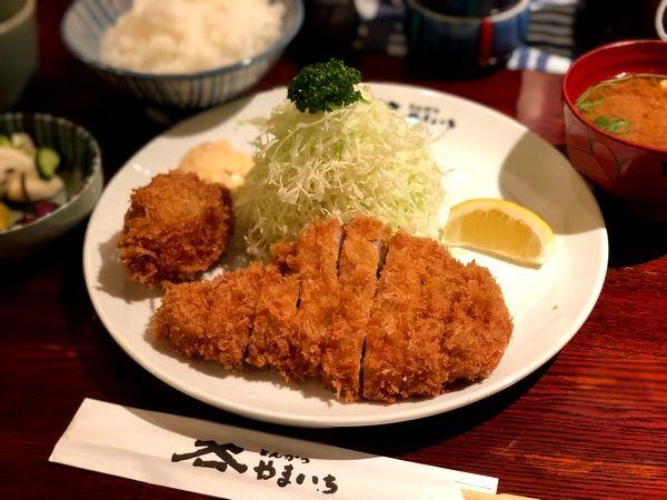 お昼は神田須田町のとんかつ やまいちでロースかつ定食に牡蠣フライを一個追加して頂きました!