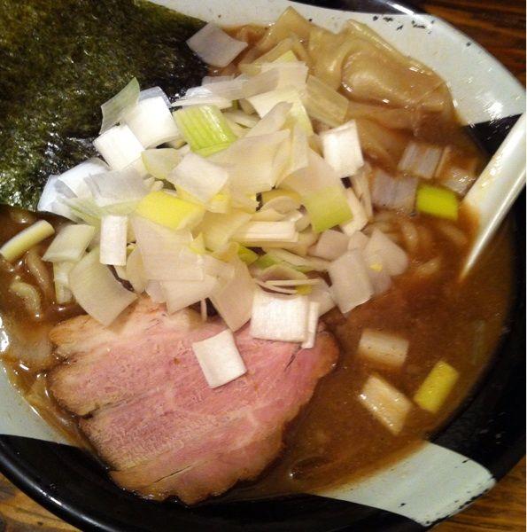 ラーメン凪 新宿ゴールデン街店で煮干ラーメン、ネギ増しをいただく。3月24日放送の「嵐にしやがれ」で紹介されるそうです。放送後はいつにも増して混雑しそうだなぁ^^;