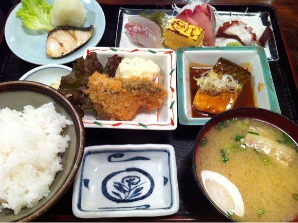魚や 旬でランチを食べる。魚づくし950円