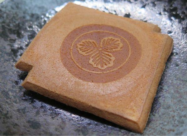 「小瓦」130年前の配合を守り、和カステラの製法で作った今では珍しい伝統的な瓦煎餅。卵と蜂蜜のコクを活かしながら、甘さ控えめ。。。人形町亀井堂