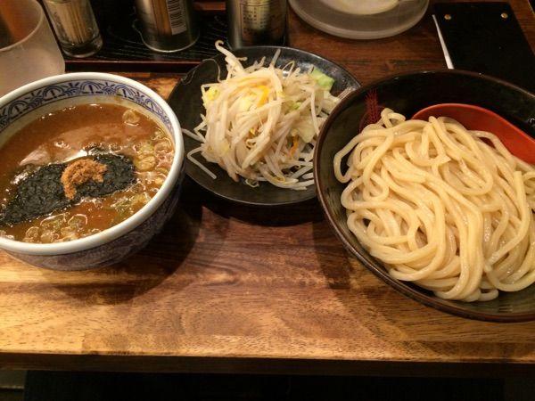 三田製麺所 新宿西口店 #ramen 野菜盛りつけ麺850円。就活生と相席。