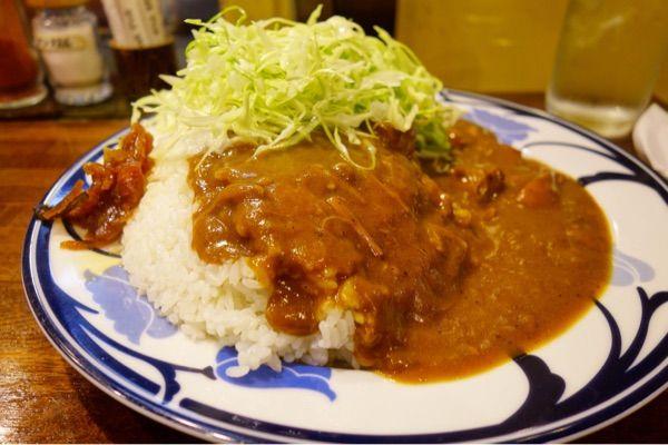 マーブルインドカレーという名の日式カレー 笑。一口食べたらスプーンが止まらない美味しさ。付け合わせが酢油キャベツってのが個人的ツボ😆