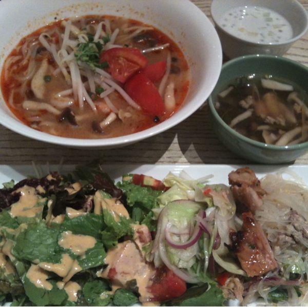 ジムトンプソンズテーブル タイランド 赤坂でランチ。サラダ、前菜、チキンはバイキング形式。メインは選べるので、トムヤムヌードル。デザートのタピオカも美味。