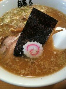 勝丸でランチセット。味噌ラーメンと、ご飯に餃子で900円!  お腹いっぱいー
