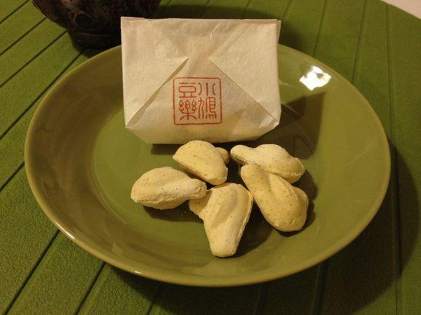 豊島屋 本店。鳩サブレが有名ですが、和菓子も美味しいです。小鳩豆楽。豆の風味がしっかりとした落雁です。