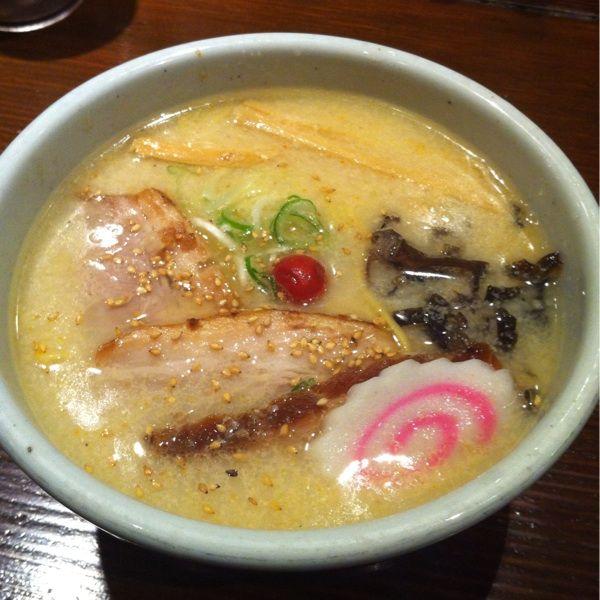 山頭火 新宿南口店でしおらーめんをいただく。デフォで¥850と少々高め。豚骨スープは甘めのテイスト。トロトロのチャーシューがベリーグッド!