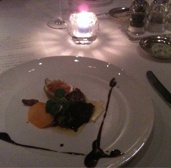 リッツカールトンのアジュール フォーティーファイブでディナー。シャンパンで乾杯した後は、前菜にフォアグラのソテー。