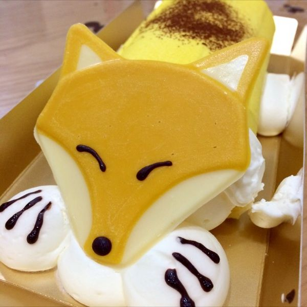 キツネのロールケーキ。尻尾はマカロンで作ってあった
