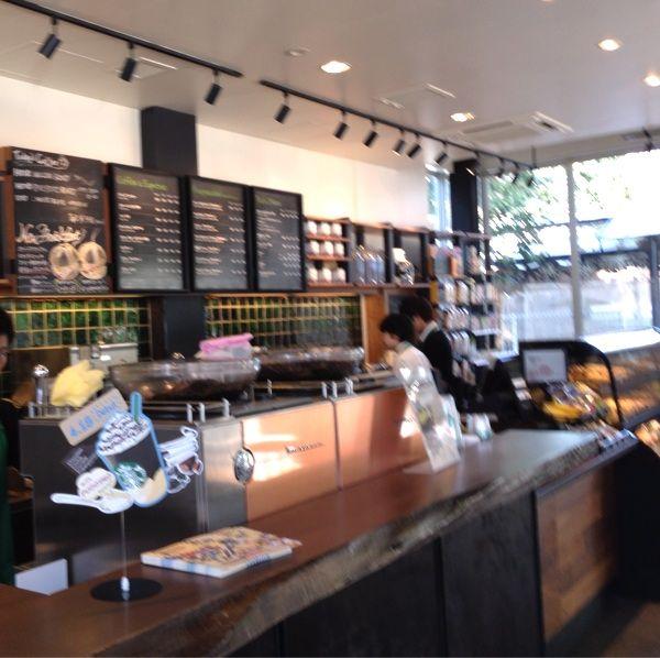 スターバックス・コーヒー 表参道B-SIDE店、爽やかなイケメン店員が入って研修中だけど間違えてはにかむ笑顔がかわいい