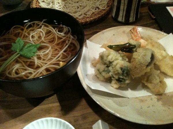 蕎麦屋 木田で晩飯。いつもは天せいろだけど、今日は天そばで。天ぷらは行者にんにく、大黒本しめじ、安納いも、ブロッコリー、エビ、たけのこでした。ほっとする味ですな。