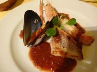 クロアチアレストラン・ドブロ    手長海老とムール貝のブーザラポテンタ添え    クロアチア産赤ワインとトマトソースのシーフード料理です
