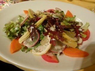 クロアチアレストラン・ドブロ    サラダ    大皿で分量もたっぷり!