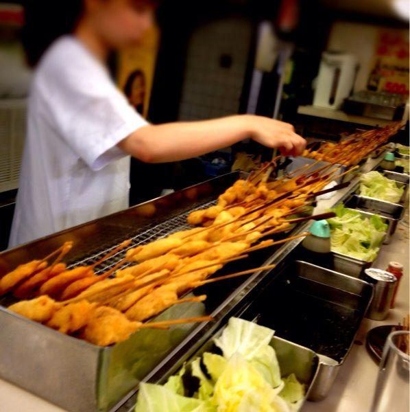 大阪です。ちょっとおやつタイムに松葉総本店へ。大阪駅にある素敵な串カツ屋さん。立ち飲み、タネはだいたい100円。せんべろ系の素敵なお店!