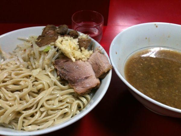 ラーメン二郎西台駅前店のつけ麺。通常の食券プラス百円のつけ麺の食券で注文出来ます。味が濃いというかしょっぱいタイプのつけ汁で食べるタイプのつけ麺。最後にスープ割して貰ったら酸味があるのに気付きました。