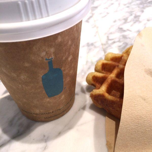 ブルーボトルコーヒー 清澄白河ロースタリー&カフェ、オープン2日目。コーヒーは「スリー アフリカンズ」。ワッフルは注文してから焼くので、ちょっと時間がかかりました。