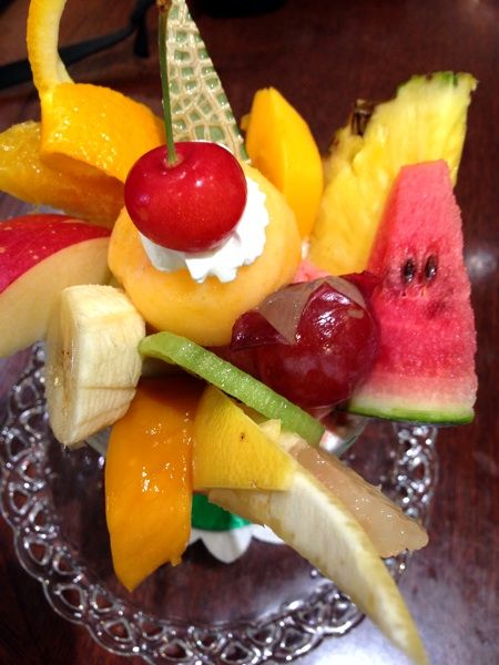 フルーフ・デゥ・セゾンのフルーツパフェ1500円。果物卸の店だから美味しい!