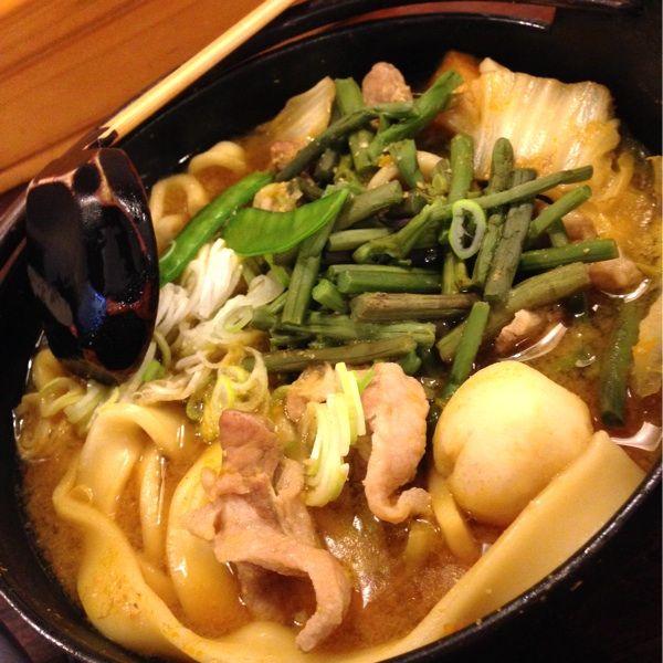 小作 甲府駅前店。豚肉ほうとうです。モッチモチの極太麺に味噌仕立てのつゆ、野菜もたっぷり入っていて美味しいです。